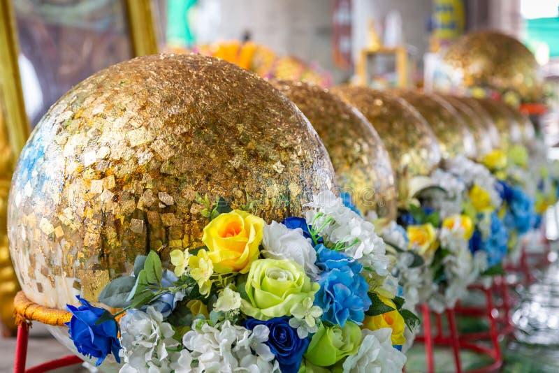 Piatti di oro sulla superficie del Luuk Nimit, Luk Nimit, pietra dorata della sfera, strato del tempio tailandese, Tailandia dell immagini stock libere da diritti