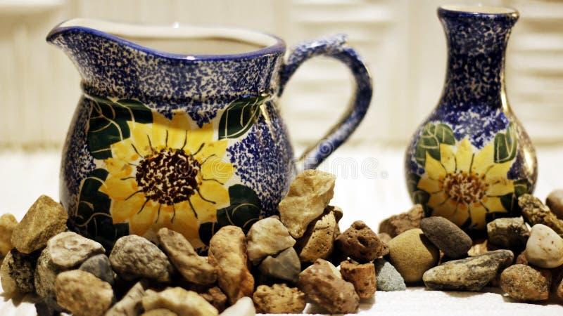 Piatti di porcellana circondati dai piccoli ciottoli su un fondo leggero royalty illustrazione gratis