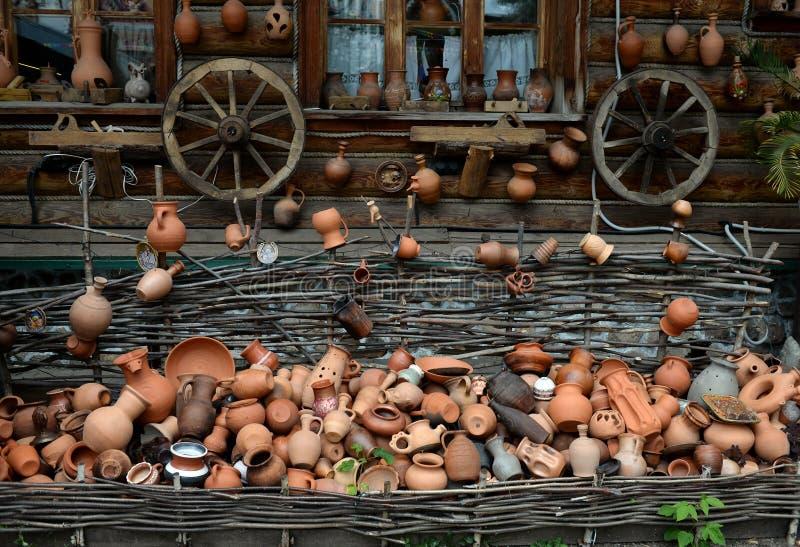 Piatti e ruote fatti a mano ceramici dal carretto nel Cremlino di Izmailovo fotografie stock libere da diritti