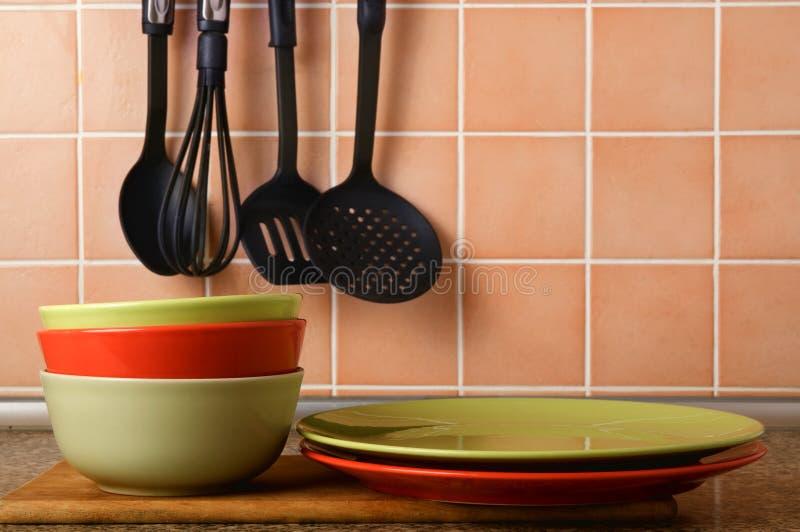 Pila di piatti su un fondo di una piastrella di ceramica fotografie stock