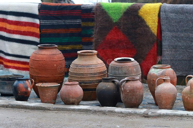 Piatti variopinti dell'argilla e della coperta fotografia stock libera da diritti
