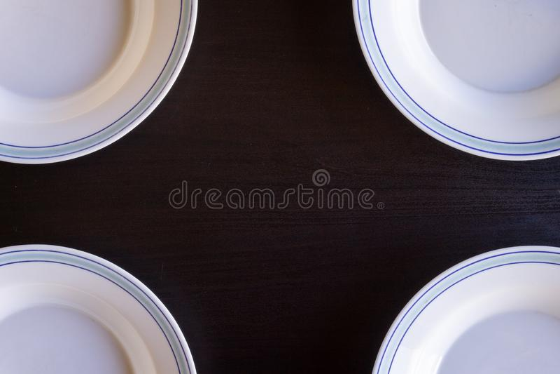 Piatti vuoti su fondo di legno nero fotografia stock libera da diritti