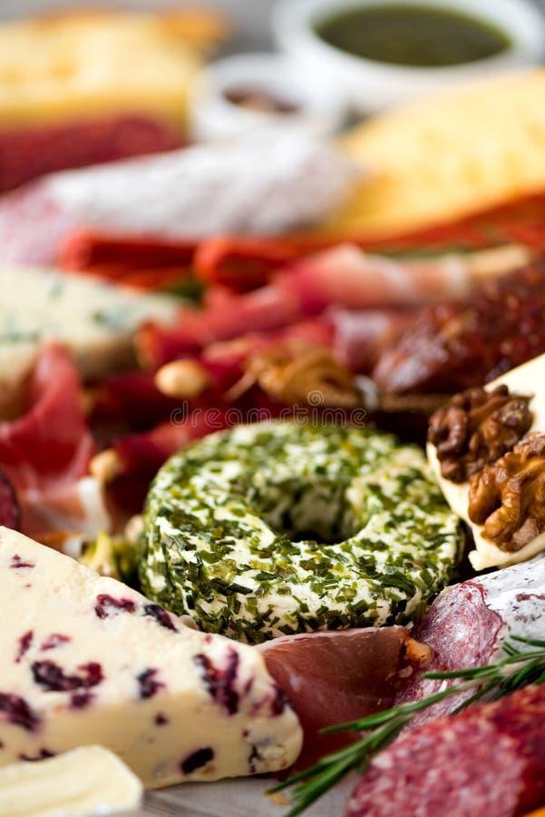 Piatto affumicato freddo della carne Antipasto italiano tradizionale, tagliere con salame, prosciutto di Parma, prosciutto, braci immagini stock libere da diritti