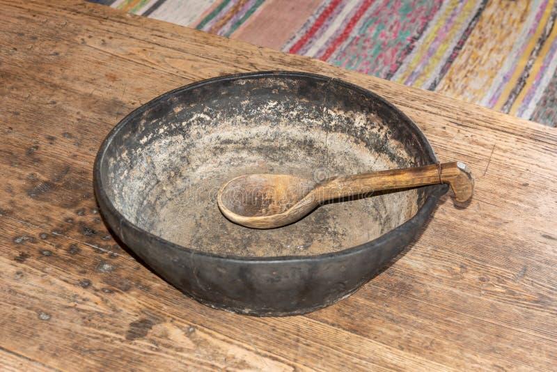 Piatto antico dell'argilla con il cucchiaio di legno fotografia stock libera da diritti