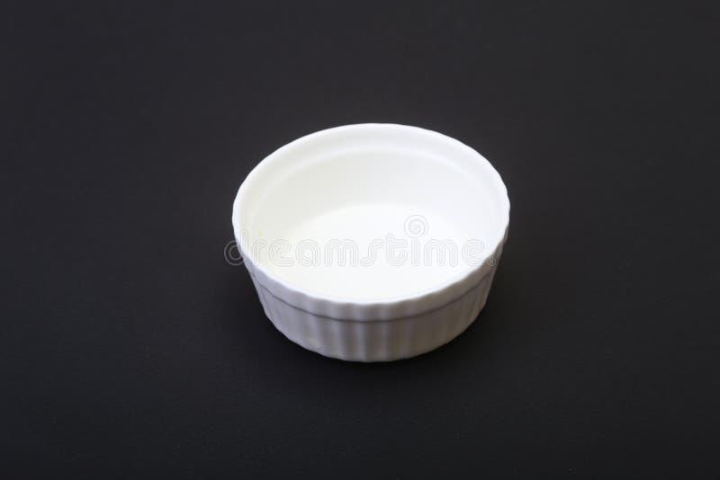 Piatto bianco della ceramica, ciotola per il ristorante isolato su fondo nero fotografia stock