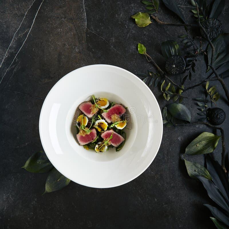 Piatto bianco servente squisito del ristorante di Tuna Fillet Salad con le uova e la salsa di quaglia dalla vista superiore dei p fotografie stock libere da diritti