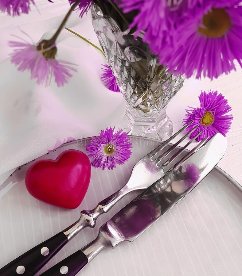 Piatto, cena festiva di celebrazione del cuore del fiore del crisantemo romanzesca su fondo di legno bianco fotografia stock