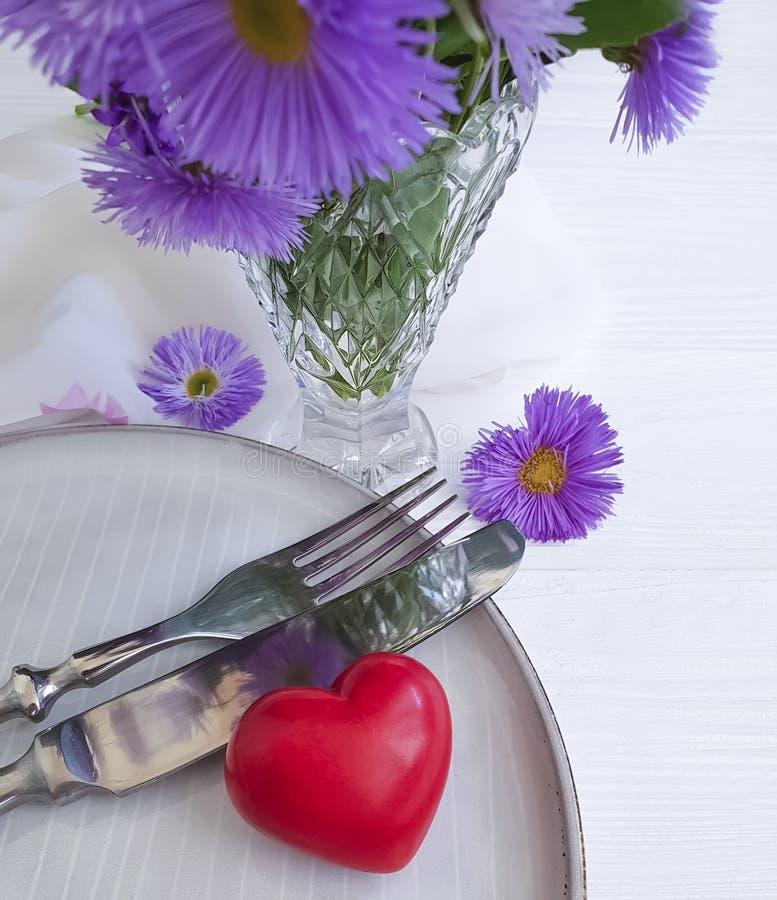 Piatto, cena festiva di celebrazione del cuore di simbolo del fiore del crisantemo romanzesca su fondo di legno bianco fotografia stock libera da diritti