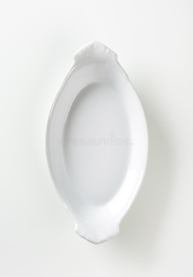 Piatto ceramico bianco ovale di cottura immagini stock