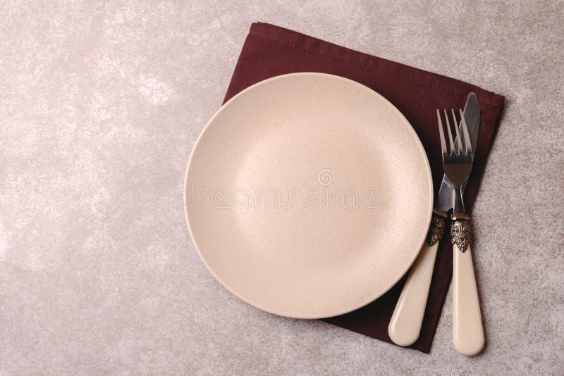 Piatto ceramico d'annata vuoto, coltelleria, tovagliolo Vista superiore, copyspac immagini stock