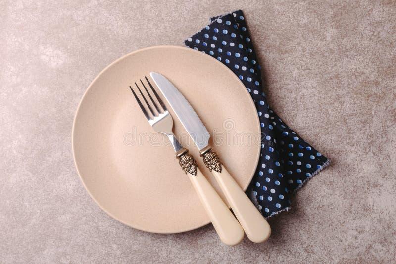 Piatto ceramico d'annata vuoto, coltelleria, tovagliolo Vista superiore, copyspac fotografia stock