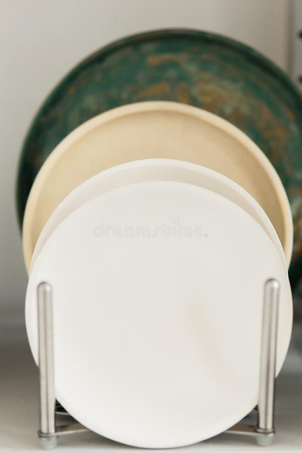 Piatto ceramico fatto su un tornio da vasaio dentro l'officina fotografia stock libera da diritti