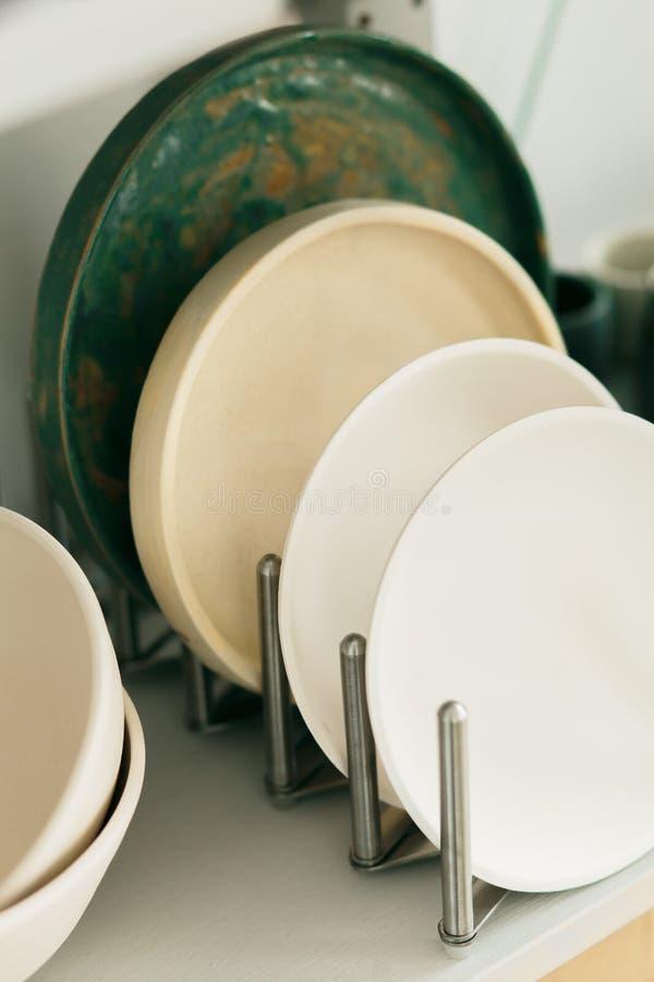 Piatto ceramico fatto su un tornio da vasaio dentro l'officina immagini stock libere da diritti