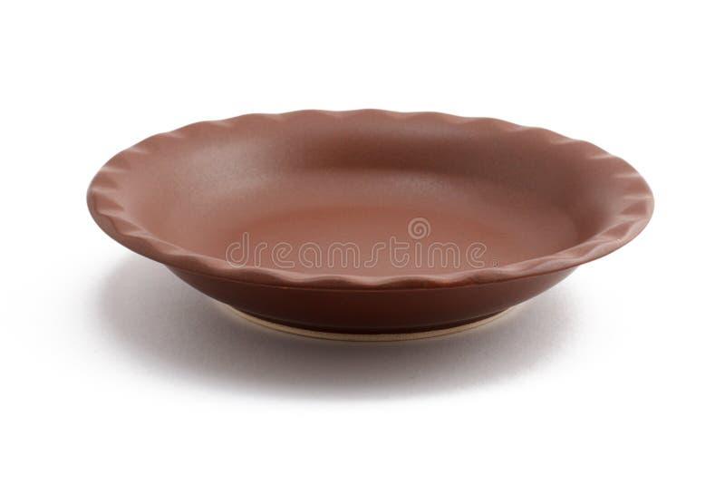 Piatto ceramico vuoto su fondo bianco immagine stock