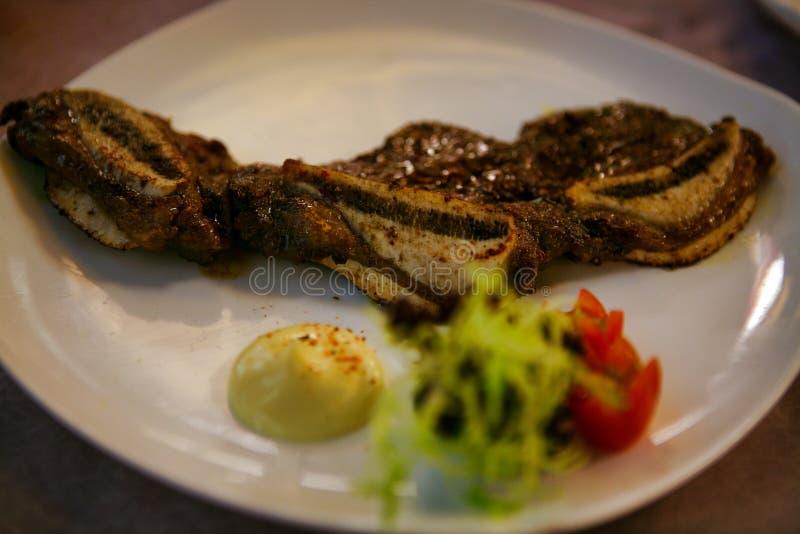 Piatto cinese di manzo fritto con underwire servito su un piatto bianco immagini stock libere da diritti
