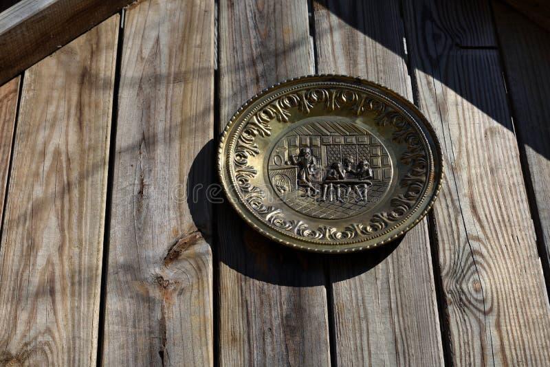 Piatto coloniale del ` di vita dell'azienda agricola del ` sulla parete del granaio immagine stock