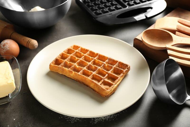Piatto con di recente la cialda e gli ingredienti casalinghi al forno deliziosi sulla tavola immagini stock libere da diritti