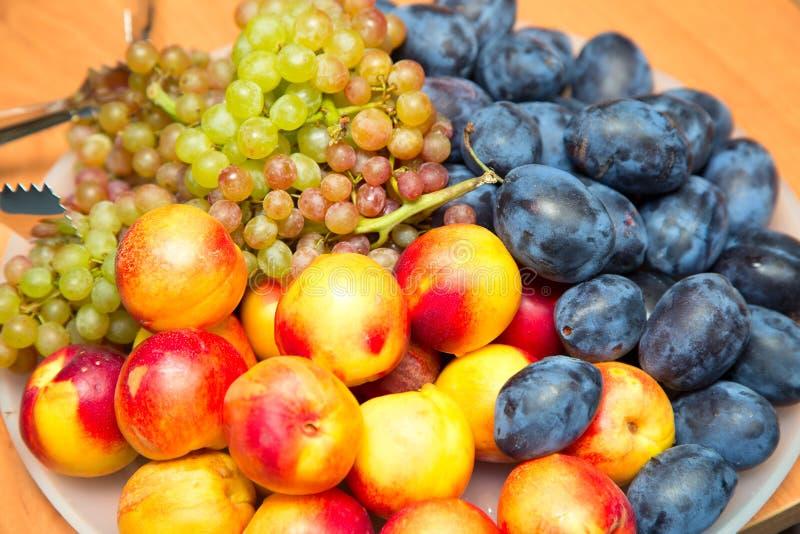 Piatto con i frutti fotografie stock libere da diritti