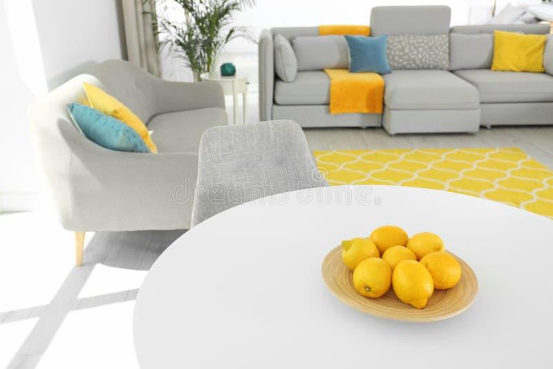 Piatto con i limoni freschi sulla tavola Idee di colore per l'interno immagini stock