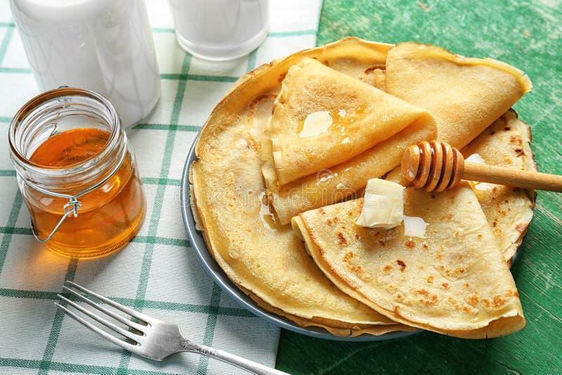 Piatto con i pancake ed il miele deliziosi fotografia stock