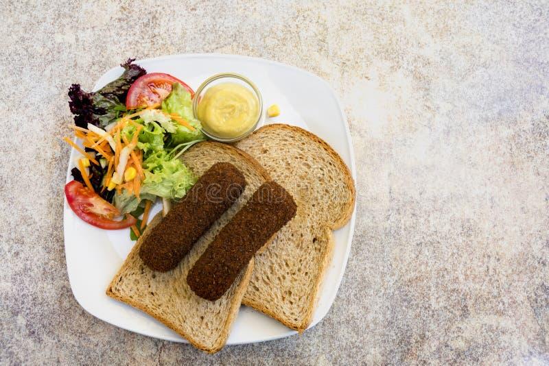 Piatto con il pasto olandese tipico, croquet fritto dello spuntino con insalata sulla fetta di pane fotografie stock libere da diritti