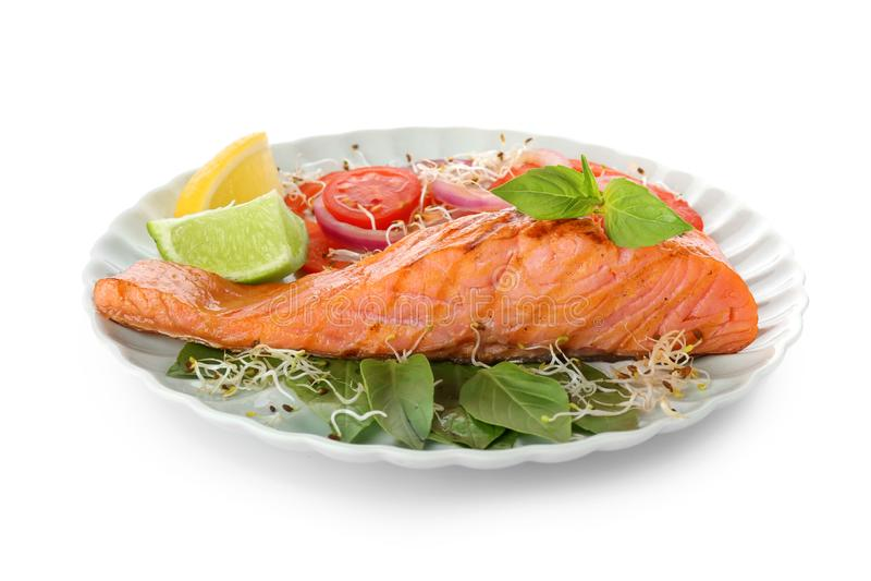 Piatto con insalata di color salmone e fresca saporita su fondo bianco immagine stock