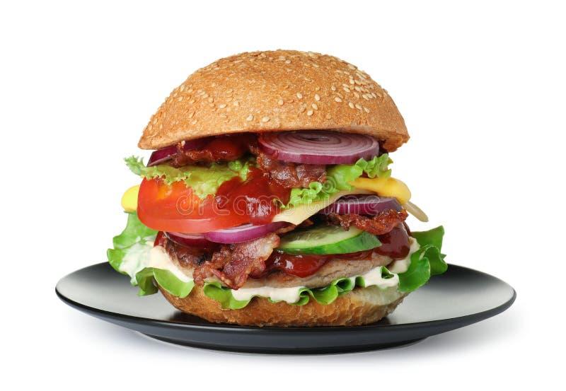 Piatto con l'hamburger saporito fresco su fondo bianco immagine stock libera da diritti