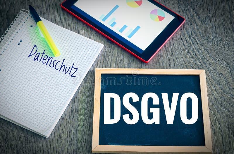 Piatto con l'iscrizione DSGVO Datenschutzgrundverordnung e Datenschutz nel regolamento generale inglese di protezione dei dati di fotografie stock libere da diritti