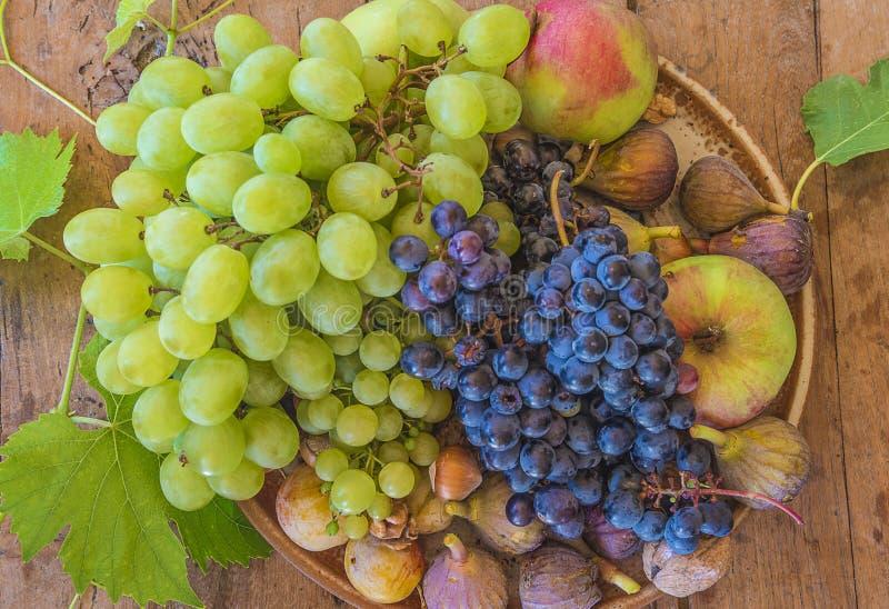 Piatto con la frutta fresca su fondo di legno fotografia stock libera da diritti