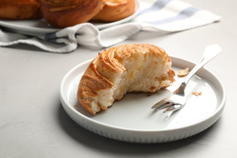 Piatto con la metà del panino sulla tavola fotografia stock libera da diritti