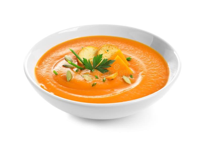 Piatto con la minestra della crema della zucca su fondo bianco fotografia stock libera da diritti