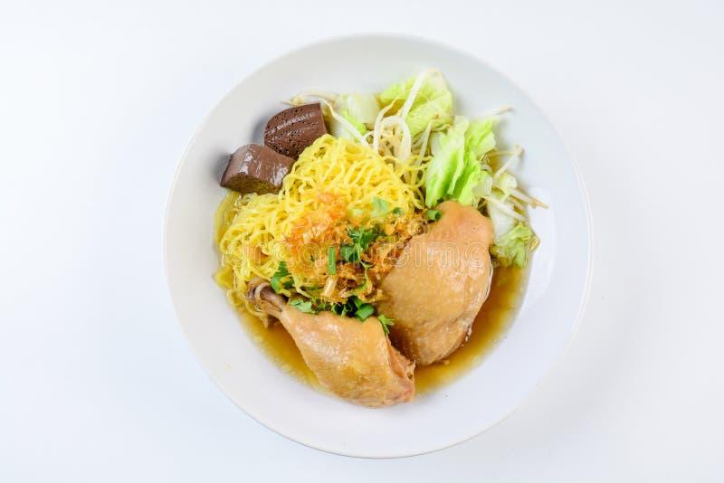 Piatto con la minestra, le tagliatelle e le verdure casalinghe fresche di pollo fotografia stock
