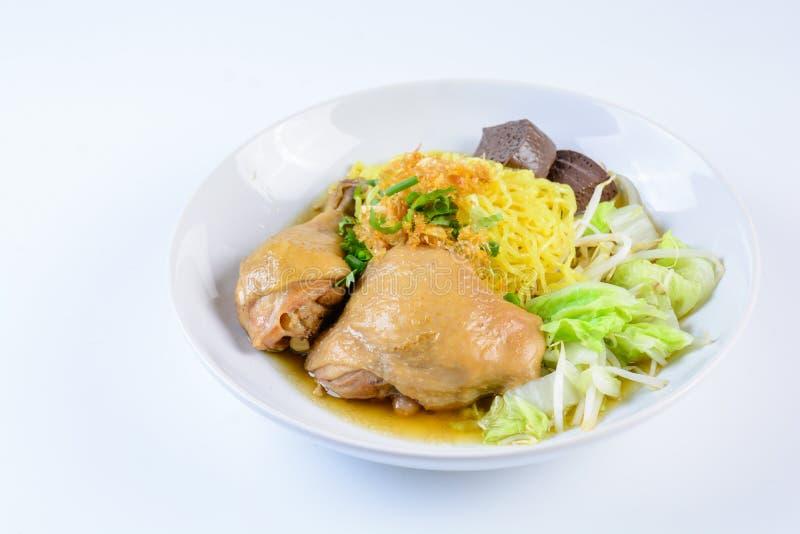 Piatto con la minestra, le tagliatelle e le verdure casalinghe fresche di pollo fotografia stock libera da diritti