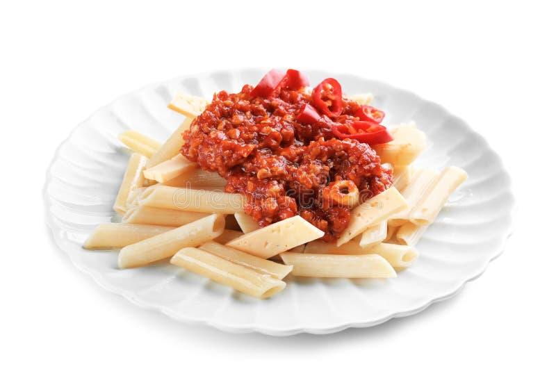 Piatto con la pasta saporita del penne e la salsa bolognese su fondo bianco fotografie stock