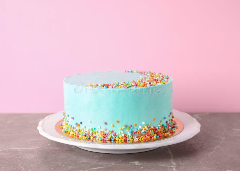 Piatto con la torta di compleanno deliziosa fresca sulla tavola fotografie stock