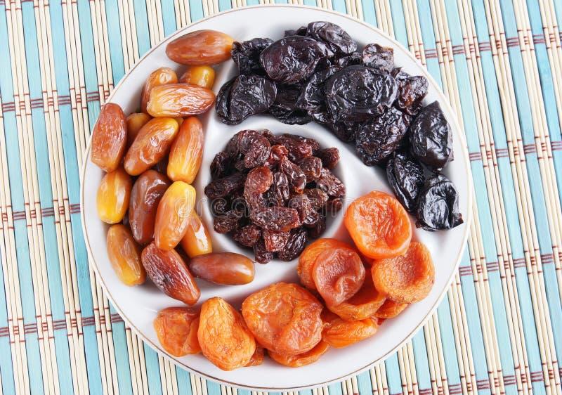 Piatto con la varia frutta secca immagine stock libera da diritti