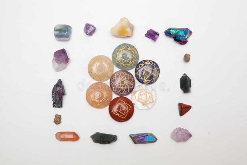 Piatto con le pietre di chakra su e una struttura intorno  fotografia stock