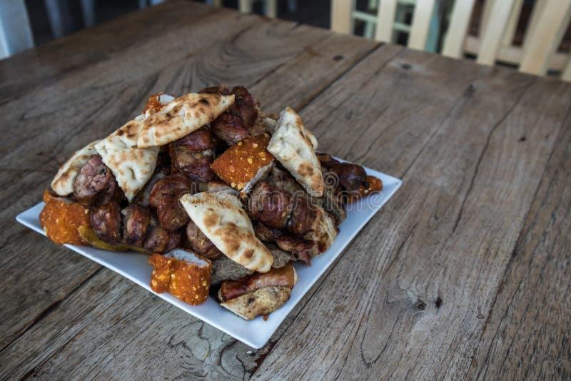 Piatto con meze greco su una tavola immagini stock