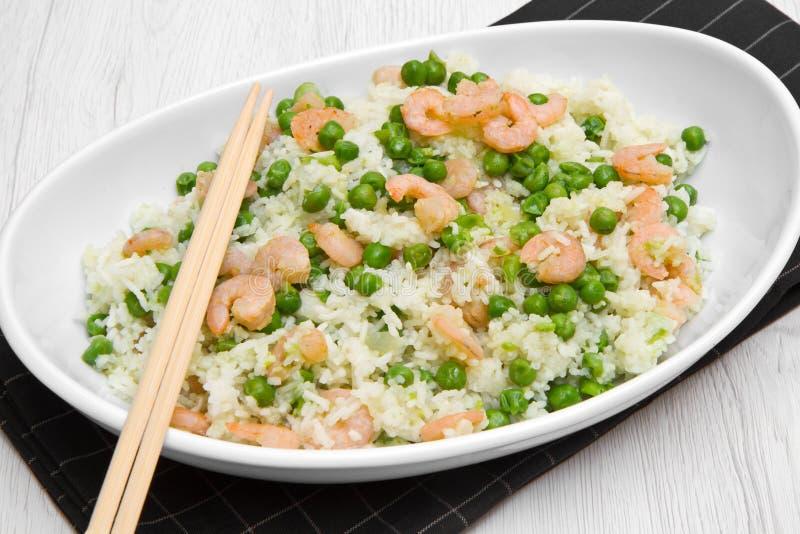 Piatto con riso e gamberetti e piselli immagini stock libere da diritti