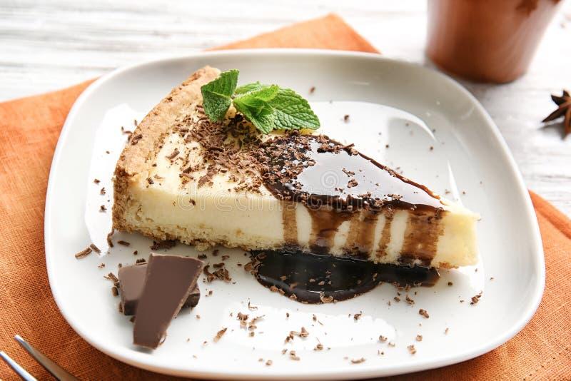 Piatto con torta di formaggio e cioccolato deliziosi fotografia stock