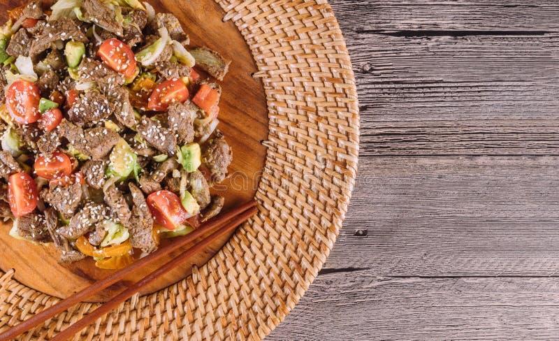 Piatto coreano Sottilmente cutted il manzo, con le verdure Vista superiore immagine stock