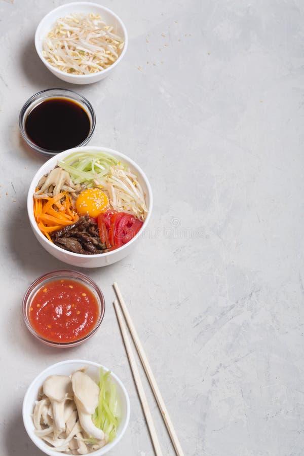 Piatto coreano tradizionale del Bibimbap con riso e le verdure sulla cima fotografia stock