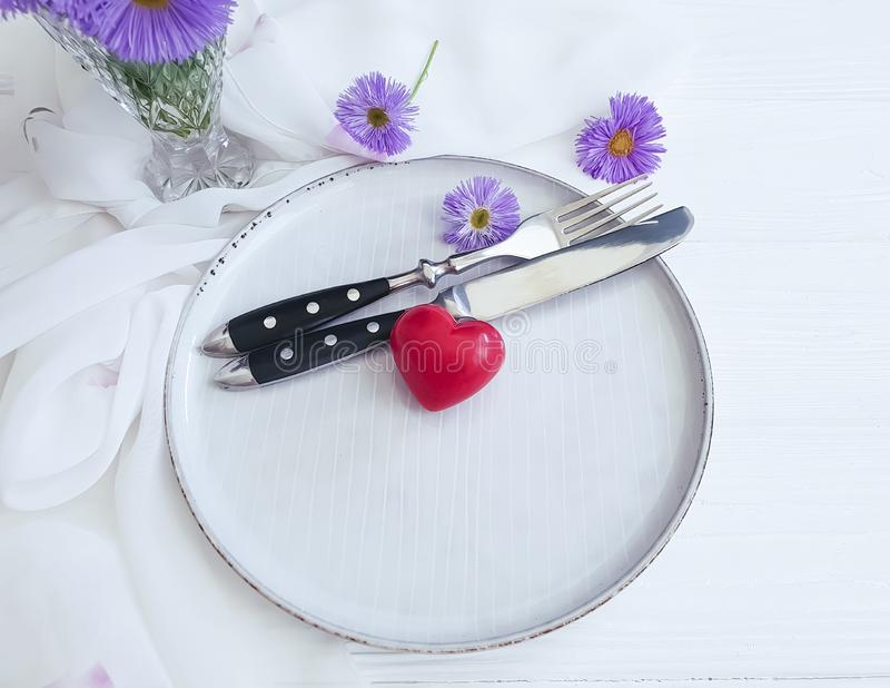 Piatto, cuore del fiore del crisantemo su fondo di legno bianco immagini stock