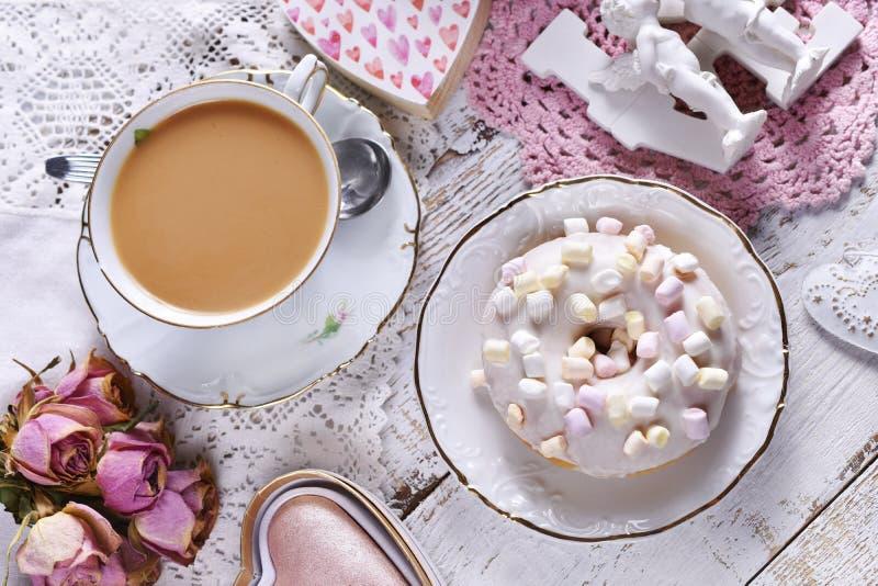 Piatto d'amore con una ciambella e una tazza di caffè fotografia stock libera da diritti