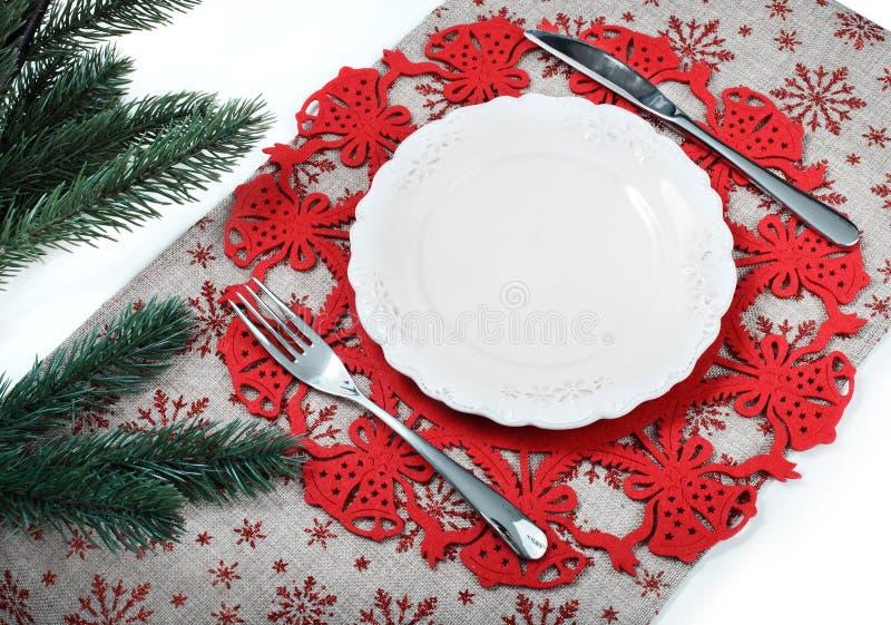 Piatto d'annata di Natale sul fondo di festa con l'albero di natale Fondo della tela con i fiocchi di neve rossi di scintillio Sc fotografia stock libera da diritti