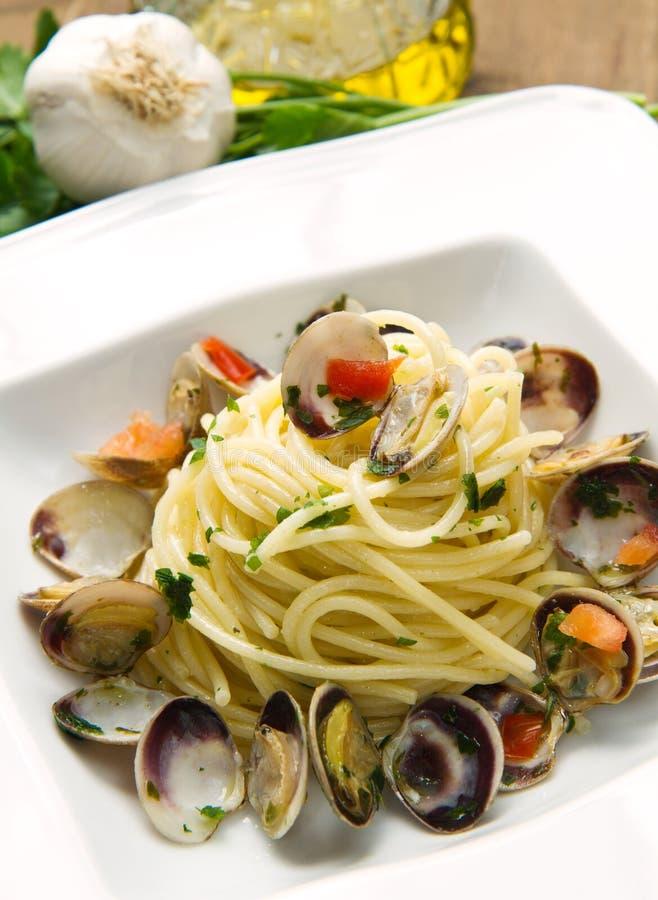 Piatto degli spaghetti con i molluschi immagini stock libere da diritti