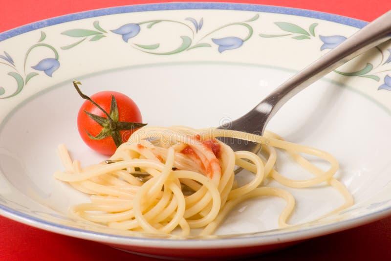 Piatto degli spaghetti con il pomodoro - pasta fotografia stock
