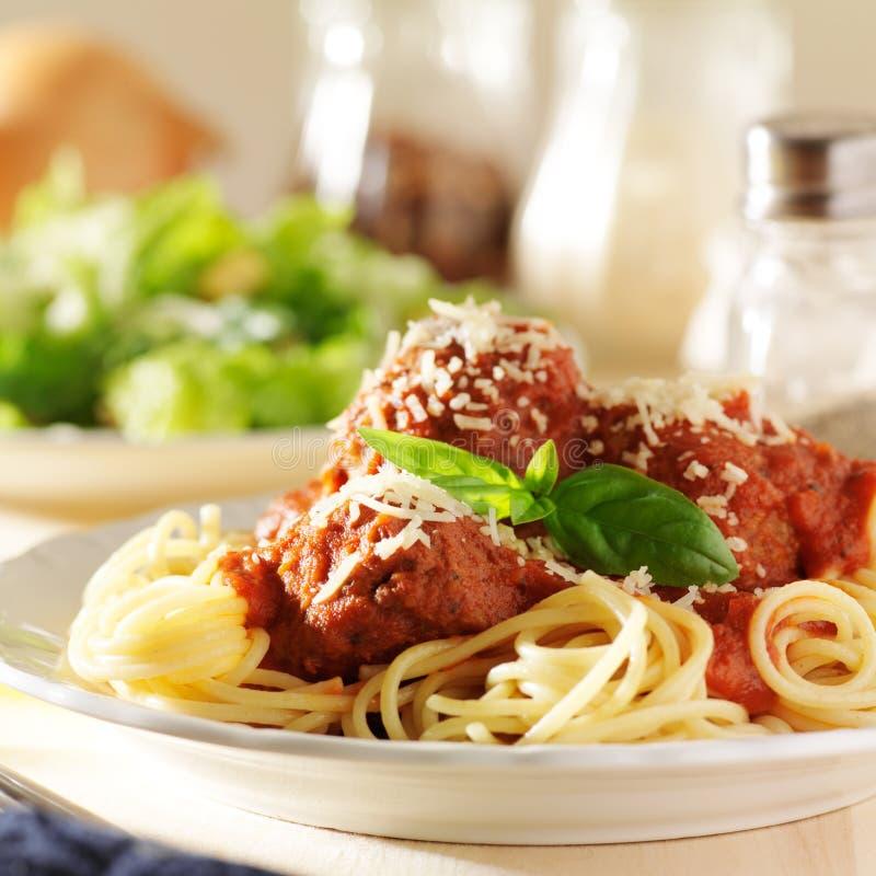 Piatto degli spaghetti e delle polpette italiani fotografie stock