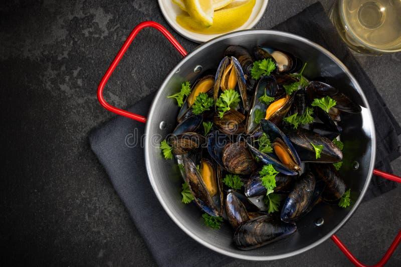 Piatto dei frutti di mare, cozze con prezzemolo, limone e vino bianco, vista superiore fotografie stock