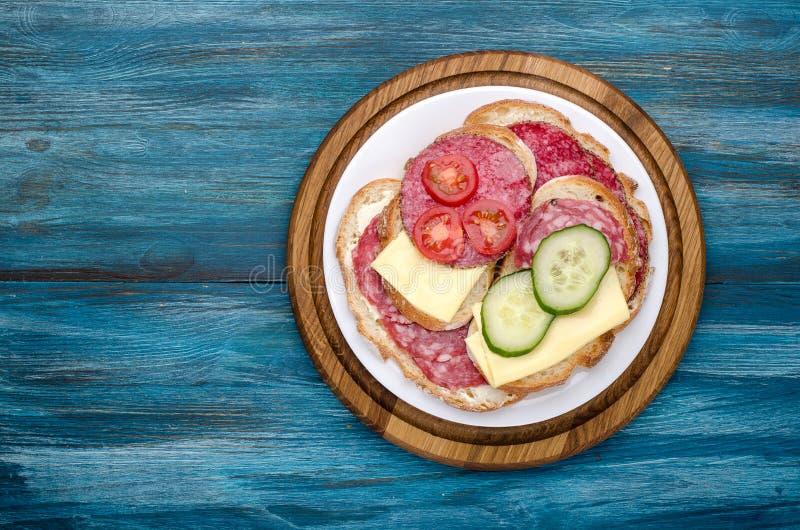 piatto dei panini con salame fotografia stock